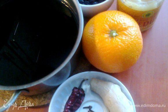 Выливаем вино в кастрюлю с корицей и дольками апельсина с кожурой,кидаем туда гвоздичку,кусочки грецкого ореха и перчик чили(не больше 1кв.см!)