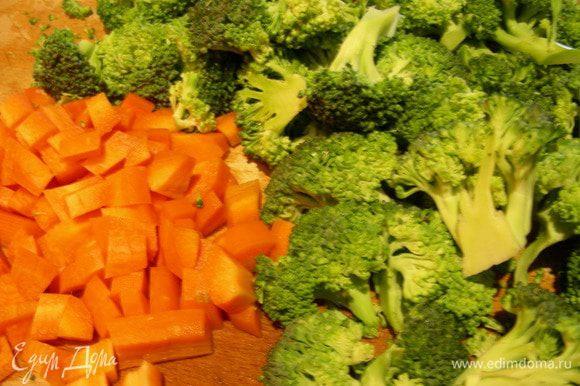 Морковь режем небольшим кубиком, брокколи разбираем на небольшие соцветия и отвариваем в подсоленной воде. По времени смотрите сами, кто-то любит овощи хрустящие, кто-то помягче. Главное, их в кашу не превратить. Думаю, минут 8-10 самое то. Я их готовила в пароварке 12 минут.
