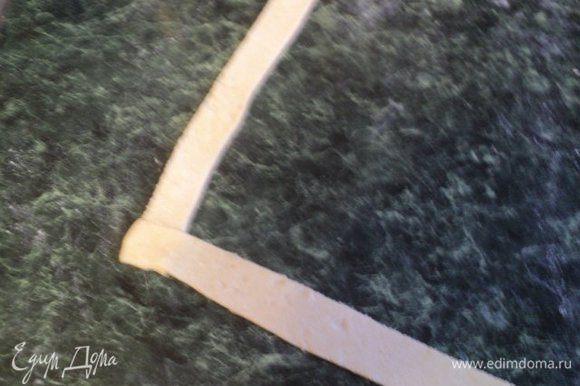Концы полосок соединить перпендикулярно друг к другу.