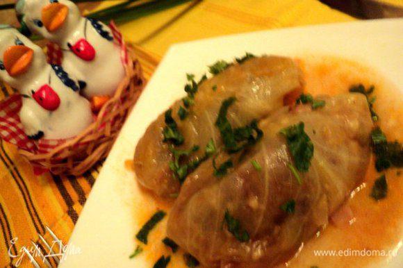 При подаче полить Свиные ребрышки в капусте соусом, в котором они тушились, посыпать зеленью. Приятного аппетита!