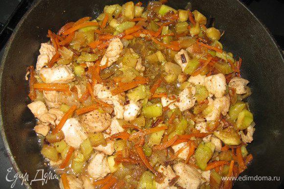 Обжарить лук, морковь, цукини (если молодой,то вместе с кожурой), баклажан. Отдельно обжарить курицу. Перемешать.