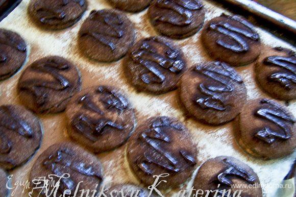 Затем растопить шоколад в 2 ст.л. молока и украсить каждый талер. Приятного аппетита!
