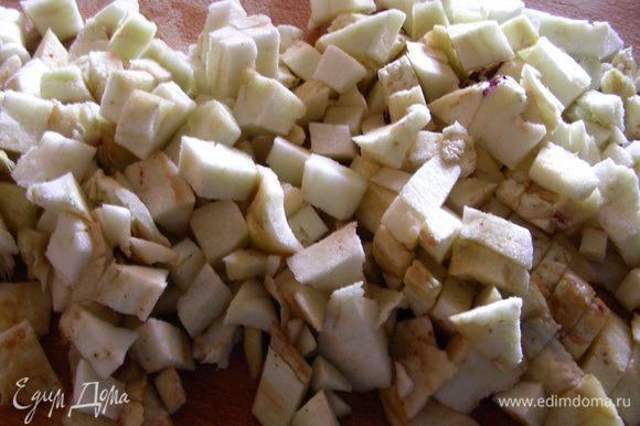 В это время готовим баклажанный омлет. Мякоть мелко рубим.