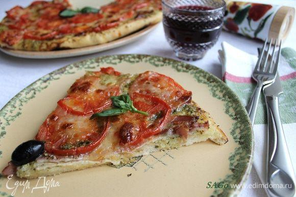 Готовую пиццу сбрызгиваем оливковым маслом ex.vir., смешанным со щепоткой паприки. Посыпаем порубленным базиликом (или кладём по несколько листиков на каждую порцию) и подаём с любимым вином. У меня красное сухое.:)