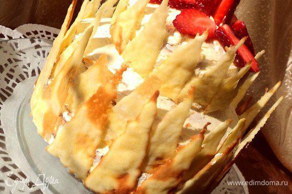 По краям приклеить хрустящие вафельные «огоньки». Сверху украсить по желанию цветами ( обернуть концы в фольгу) и клубникой или другими фруктами.