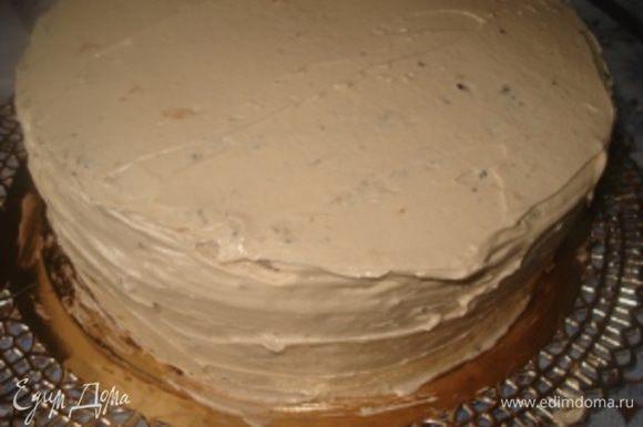 Затем слой крема. Снова кофейный корж – абрикосовый джем – крем. Затем Маковый корж – пропитка – крем. Торт обмазать кремом со всех сторон.