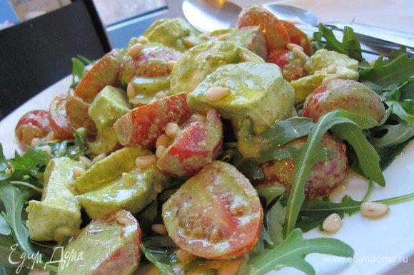 Нарезаем помидорки пополам, моцарелу (у меня в виде колбаски) сначала вдоль, а потом на кусочки. В блендере взбиваем все ингредиенты для соуса. Я добавляю немного воды, тогда он становится легким и воздушным. Добавляем соус к помидорам и моцареле (количество соуса регулируйте сами, в зависимости от вкуса), тщательно перемешиваем. На большое блюдо выложить рукколу, сверху выкладываем салат и присыпаем кедровыми орешками.