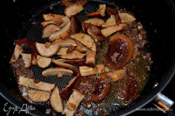 В ту же сковороду выкладываем грибы и примерно 2мин.жарим их.Затем отправляем их на тарелку.