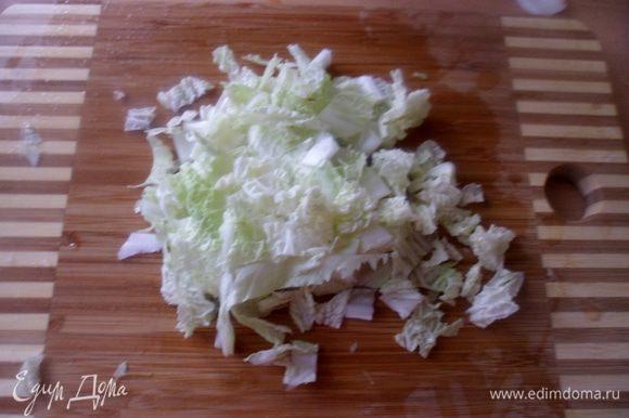 нарезаем тонкими полосочками пекинскую капусту