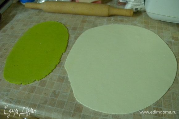 Обтянуть зеленой мастикой.