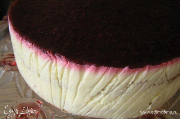 Торт аккуратно освободить от формы.