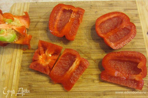 Нарежьте сладкий перец сантиметр на сантиметр. Я для этого срезал с четырех сторон стенки перца и затем попку (таким образом не надо мучиться и выковыривать семена и белую мякоть). Нарежьте на соответствующие квадратики.