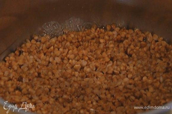Гречку залить в два раза большим объемом воды и отварить до готовности.