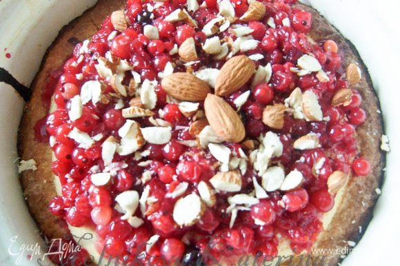 """Отправить в духовку на 20 минут при 200 градусах (чтобы творожная масса """"схватилась""""). Затем вынуть пирог, выложить на него ягоды, рубленый миндаль. Отправить еще на 10 минут."""