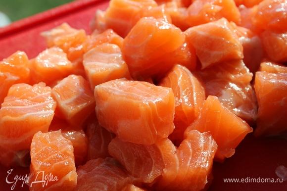 Филе рыбы порезать на кубики 2*2 см.