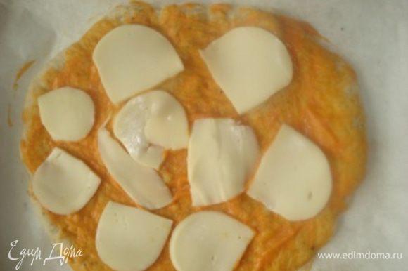 Провести такие же процедуры и со вторым кусочком теста. Подготовленную лепешку из духовки также смазать соусом. Затем выложить сыр сулугуни для пиццы, порезанный ломтиками, затем выложить морепродукты, ошпаренные кипятком и обсушенные, и нарезанную кусочками малосоленную семгу.