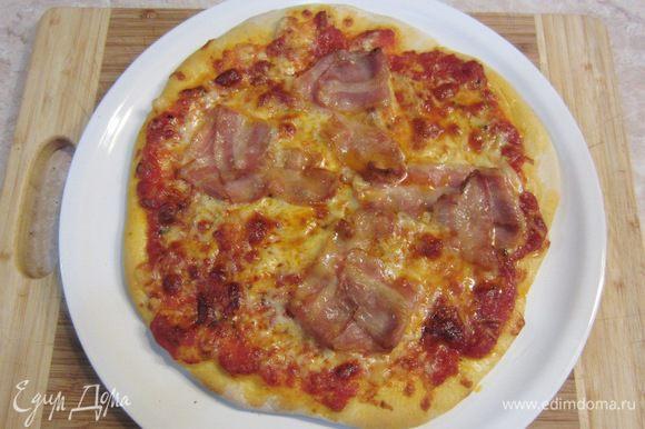 Вытаскиваем пиццу. Не забываем проверить дно пиццы, если оно не прожарилось - оставляем в духовке еще на пару минут.