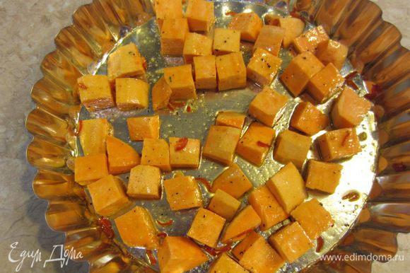 Смешайте батат, острый перец и половину оливкового масла. Посолите и поперчите батат. Поставьте форму с бататом в предварительно разогретую духовку до 200 градусов. Запекайте 30 минут до мягкости. Не забудьте несколько раз перемешать.