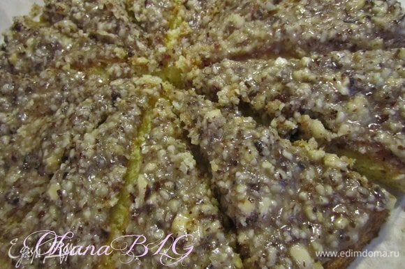 Выложить ореховую карамель на тонкий корж, через 2-3 минуты, нарезать корж кусочками.