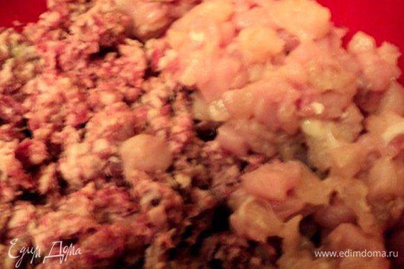 Мясо вымыть, обсушить. Свинину, говядину и сало измельчить в мясорубке, куриное филе порезать мелким кубиком.