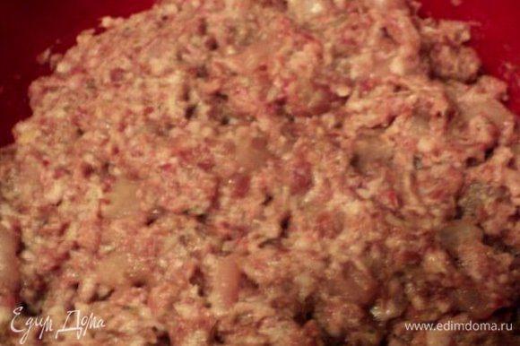 К мясу добавить измельченный чеснок, специи, соль, молоко и манку. Хорошо вымесить фарш. Накрыть пищевой пленкой и поставить в холодильник для вызревания 12 часов.