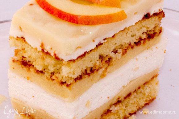 Когда все слои застыли, разрезаем десерт на пирожные и украшаем ломтиками свежего яблока. Разрезать лучше горячим ножом, тогда края получатся ровными. Приятного аппетита!