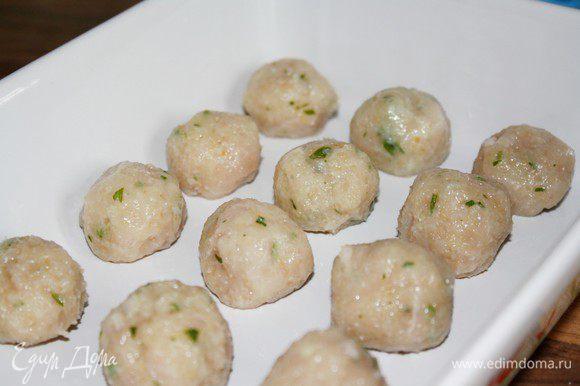 Из фарша слепить небольшие тефтели,размером с грецкий орех(около 30 штук).