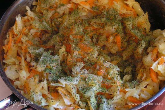 в готовую капусту с морковью добавить соль, перец, укроп сушеный и аджику, перемешать. Затем влить белок и на сильном огне прогреть в течение минуты. Остудить