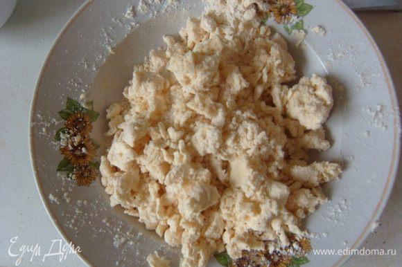 Холодное масло/маргарин нарезать. Добавить сахар, муку, корицу и руками смешать, сделать крошку.