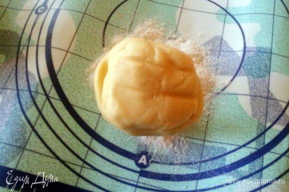 Приготовить песочное тесто, для этого: просеять муку и сделать по серередине углубление. Добавить сливочное масло кусочками, сахар, желток и молоко. Вымесить. Завернуть в пленку и поставить в холодильник минимум на час.