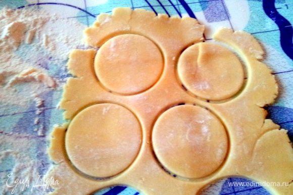 Затем раскатать тесто в пласт толщиной 3-4 мм и вырезать кружочки диаметром ваших формочек для тарталеток.