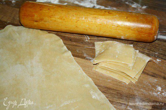 Из муки,яиц и оливкового масла замесить тесто.Завернуть тесто в плёнку и отложить на 30 минут.Тем временем подготовить начинку:смешать рикотту с измельчённым базиликом и солью.Тесто тонко раскатать и нарезать на квадраты 5х5 см.Прикрыть тесто плёнкой,иначе оно быстро засохнет.