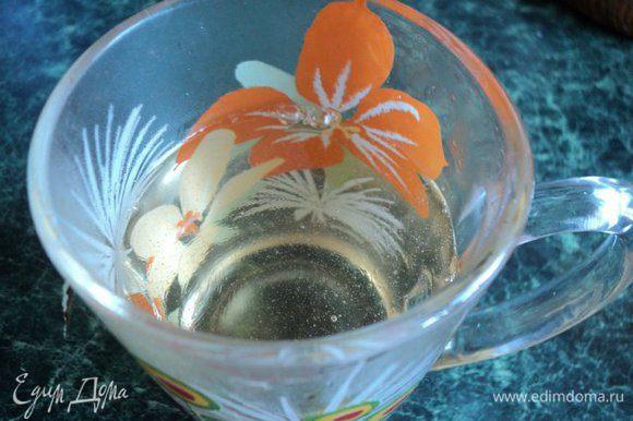 Сварить сироп: смешать сахар, воду и лимонный сок ( глюкозу),довести до кипения и кипятить 3 мин, периодически снимая пену. Остудить.