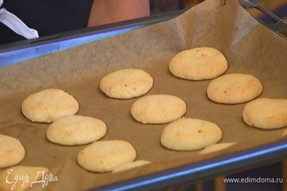 Отправить печенье в разогретую духовку на 15 минут.