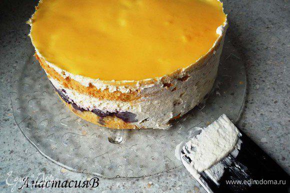 Взбить 100мл сливок и обмазать торт по бокам.
