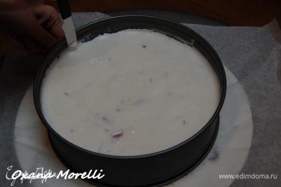 Затем аккуратно снять кольцо формы, предварительно проведя по краю острым ножом, и переложить торт на блюдо для подачи. Украсить верх