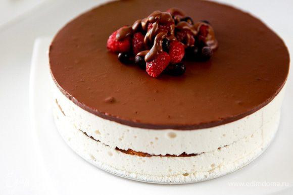 По желанию украсить готовый торт ягодами. Приятного аппетита ;)