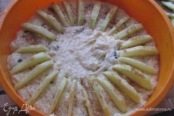 Заполнить силиконовую форму тестом, уложить сверху тонкие ломтики яблока, присыпать корицей.