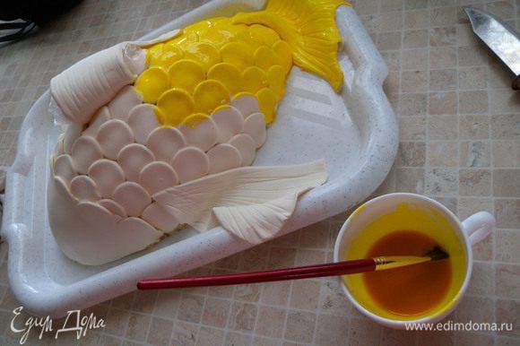 Разбавить в 2 х ст л воды порошковый желтый (по инструкции) краситель и добавить кондурин золотой )около 0,5 ч л без верха). Покрасить рыбку.