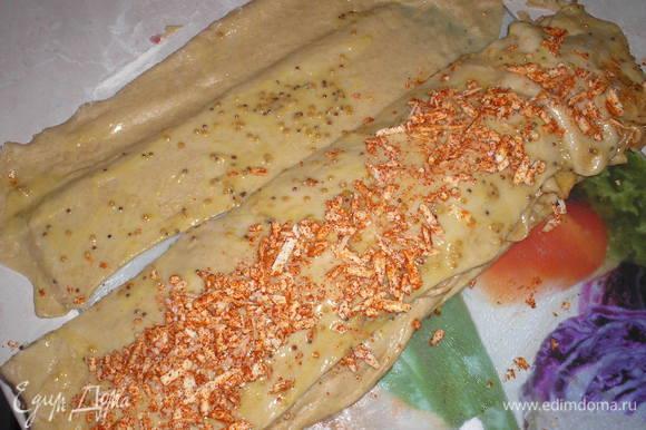 Берем одну полоску(маслом наверх), посыпаем ее 1/4 частью сыра и паприки, накрывае второй полосой, опять посыпаем сыром и так поступаем со всеми полосками. Последнюю полоску тоже кладем маслом наверх.