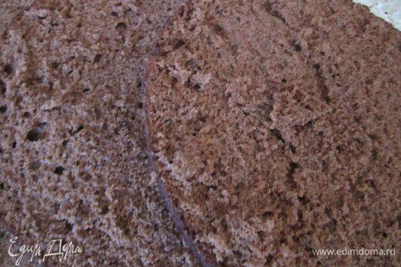 Приготовить бисквит в форме 22 см, по рецепту http://www.edimdoma.ru/retsepty/38569-biskvit-na-kipyatke-belyy Охладить разрезать на 3-4 коржа.