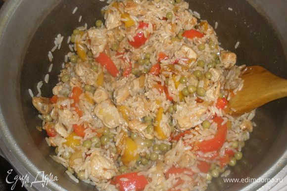 В конце добавить горошек и при необходимости посолить и приправить перцем.