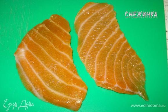 НИГИРИ-СУШИ. Для нигири-суши понадобится лосось. Нарезаем филе под углом на продолговатые полосочки. Можно использовать и сырой лосось. Или замариновать его на какое-то время, смешав соевый соус с белым вином по вкусу.