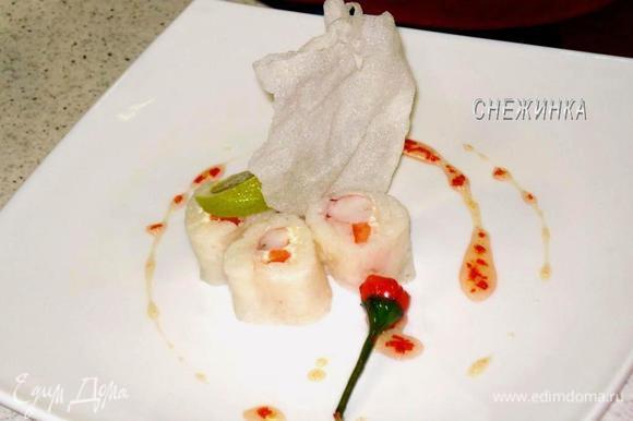 Для украшения и подачи используется жареная в большом количестве масла рисовая бумага, долька лайма и перечное варенье.