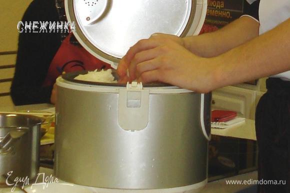 Подготовить рис, как описано в рецепте: http://www.edimdoma.ru/retsepty/41433-nigiri-sushi-i-rolly-mk-po-varke-risa-i-formirovaniyu-sushi-i-rollov-bonus-perechnoe-varenie