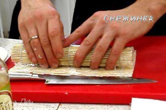 Затем с помощью коврика, немного придавливая, придаем форму.