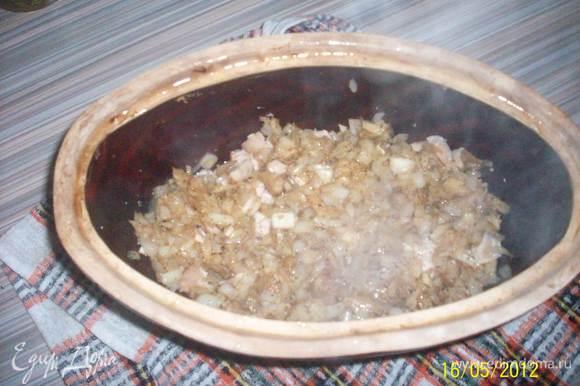 грудку и грибы с луком укладываем в сотейник