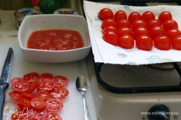 Помидорчики помыть и срезать верх (шляпки). Кофейной ложечкой вычистить серединку у помидорчиков. Перевернуть пустые помидорчики на тарелку,накрытую салфеткой, и дать стечь всей жидкости.