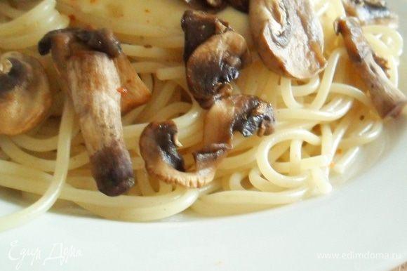 Отварить спагетти, выложить на тарелку, сбрызнуть оливковым маслом, выложить в середину соус и добавить грибы. Присыпать смесью итальянских трав. Приятного аппетита!)