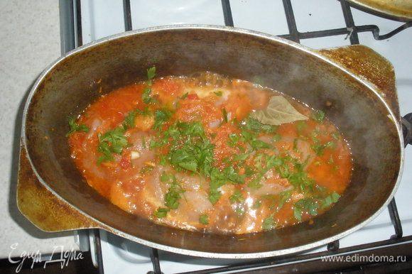 В кастрюлю налить оливкого масла и обжарить морковь, лук , болгарский перец и чеснок. Пока все обжаривается консервирование помидоры нужно перетереть через сито,когда все почти готово нужно добавить очищенный и порезанные помидор, сок с консервированих помидоров, посолить поперчить и все протушить минут пять. В соус положить рулетики, зелень и лавровый лист. Все тушить до готовности.